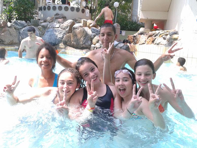 Groupe ados en colo dans la piscine