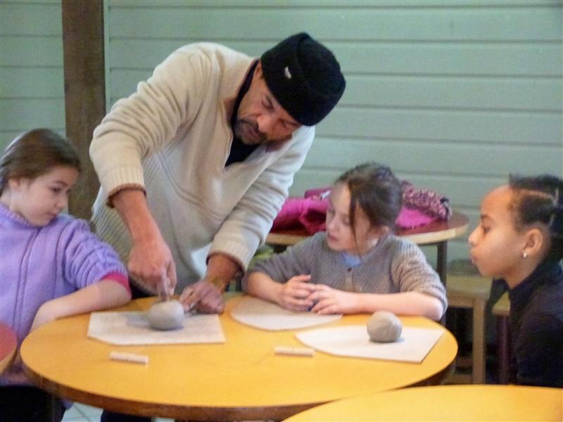 Enfant s'exercant à la poterie avec charly en colonie de vacances