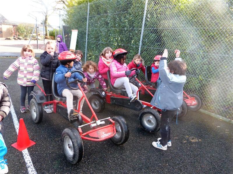 Enfant en colo faisant du karting