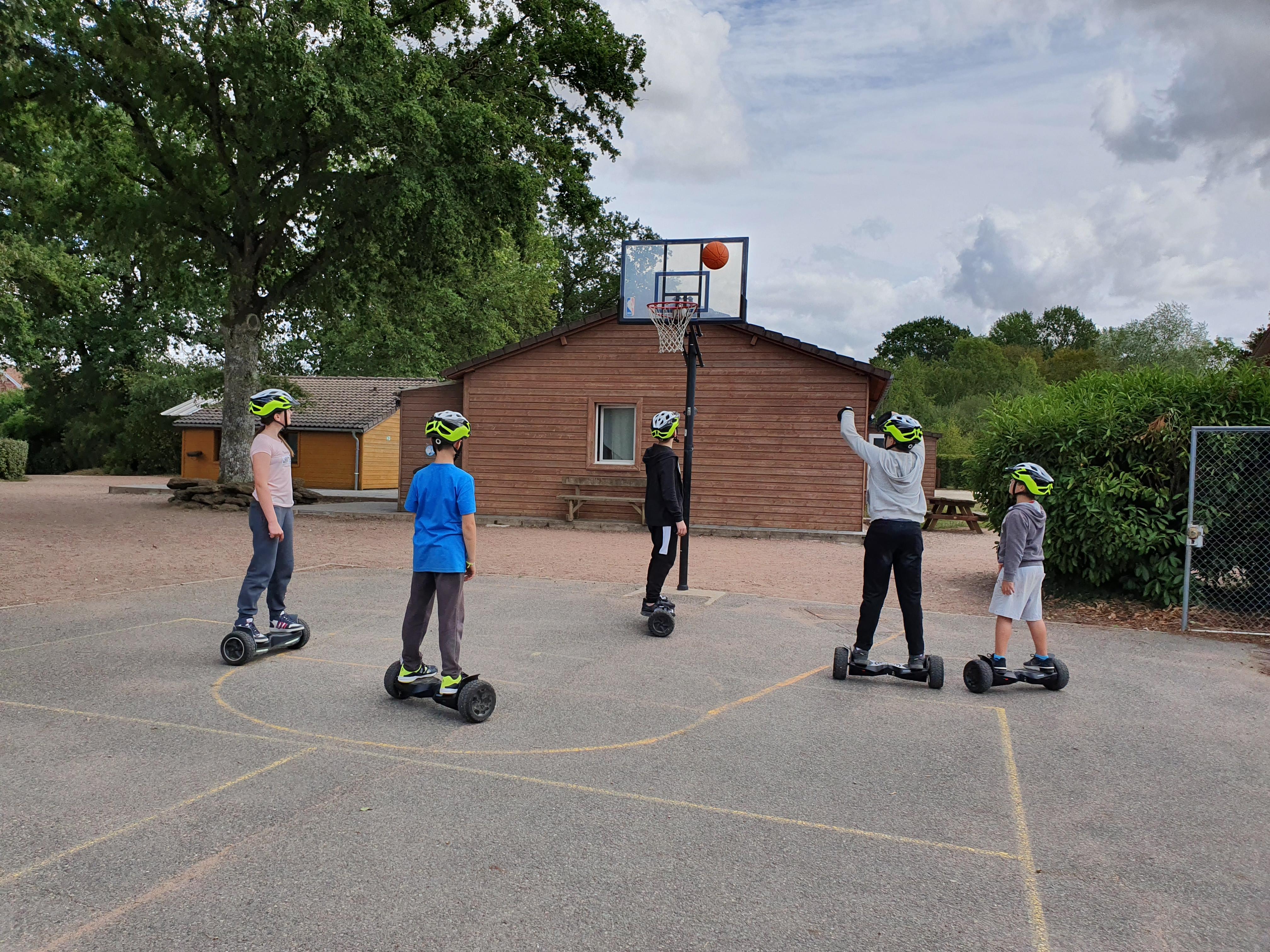 ados jouant au basket en hoverboard en colonie de vacances