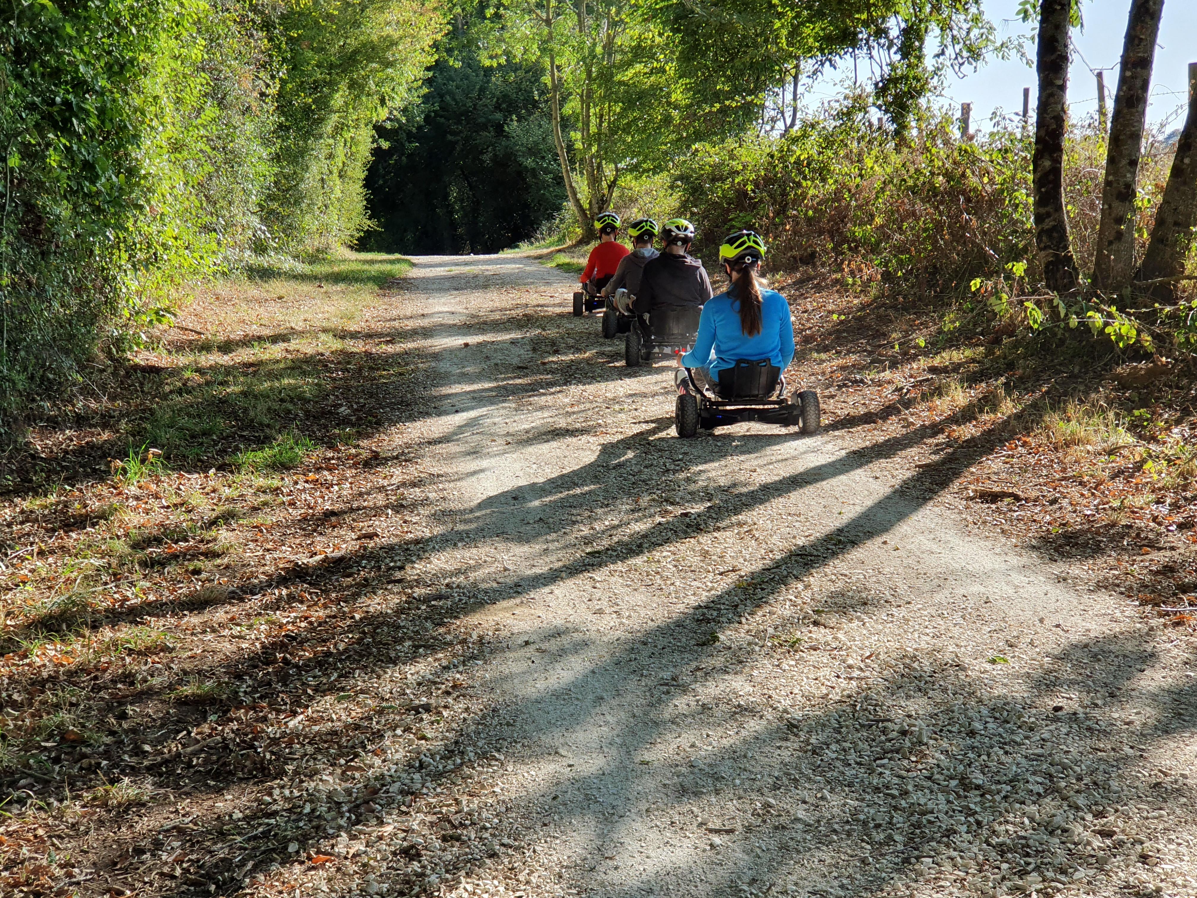 enfants en randonnée à la campagne en hoverkart en colonie de vacances