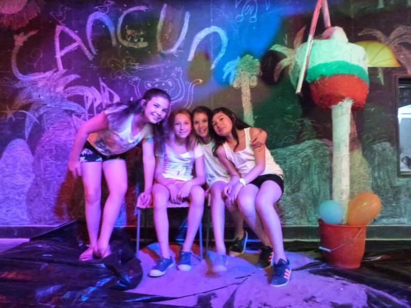 Adolescentes en boum en colonie de vacances cet été