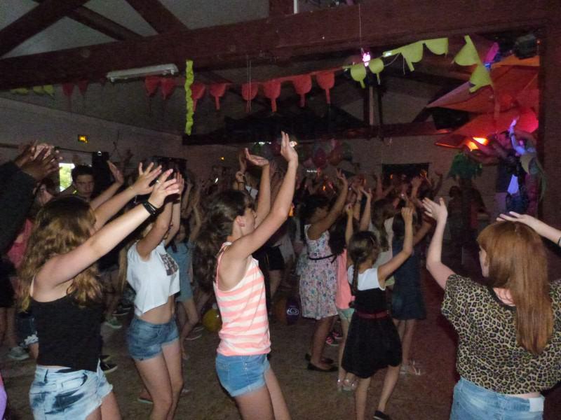 Enfants qui dansent à la boom de colonie de vacances