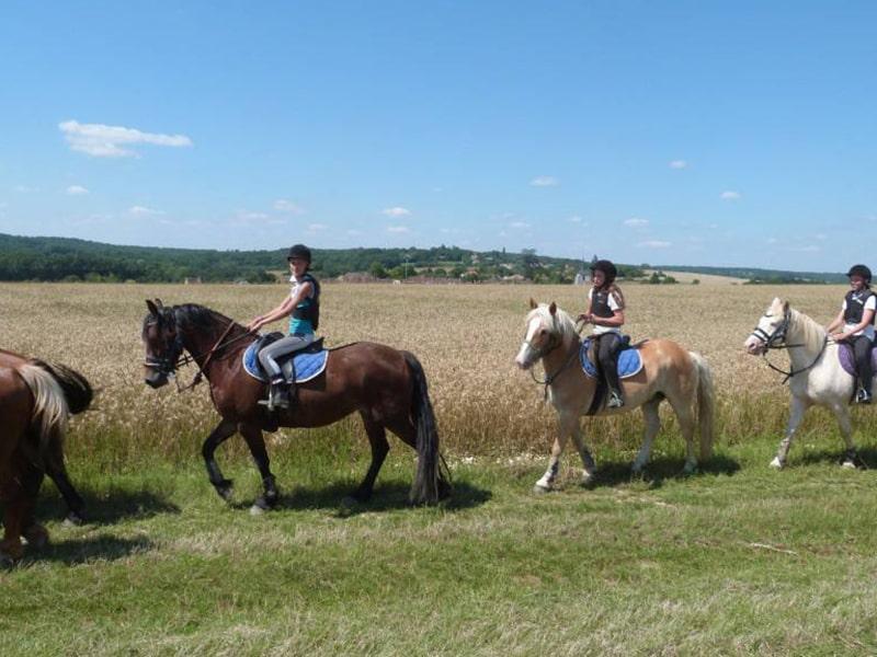 Balade à cheval lors d'une colo équestre au domaine de l'Espérance