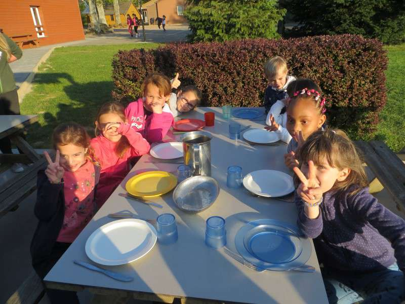Groupe d'enfants à table en colo équitation cet été