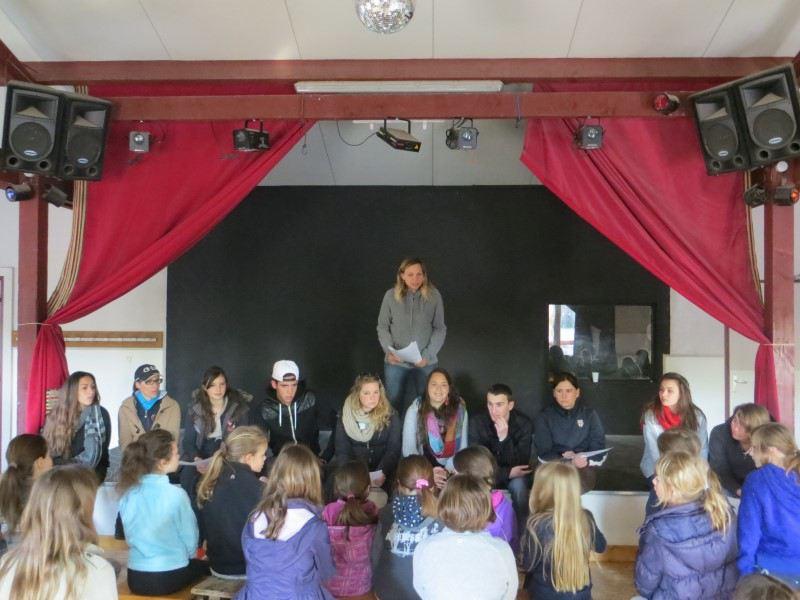 jeune ados et enfants regardant un spectacle en colonie de vacances