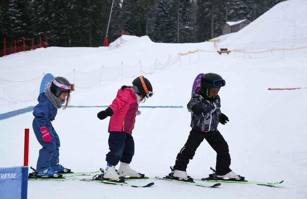 Jeunes enfants de 6 ans apprenant à skier en colonie de vacances
