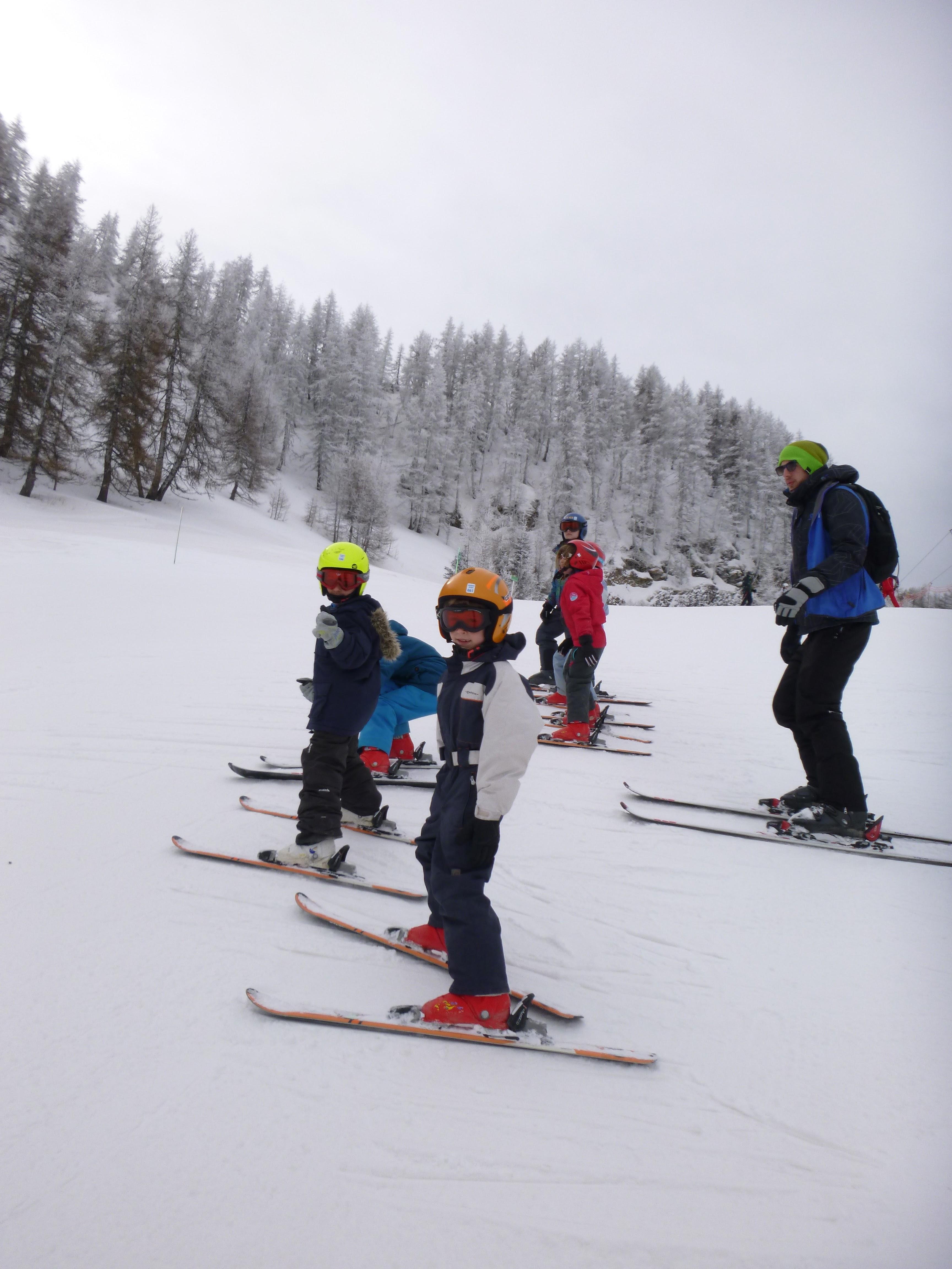 Enfants de 8 ans apprenant à skier en colonie de vacances