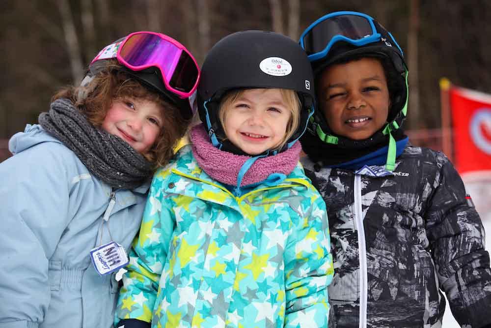 Portrait d'enfants en colonie de vacances à la neige