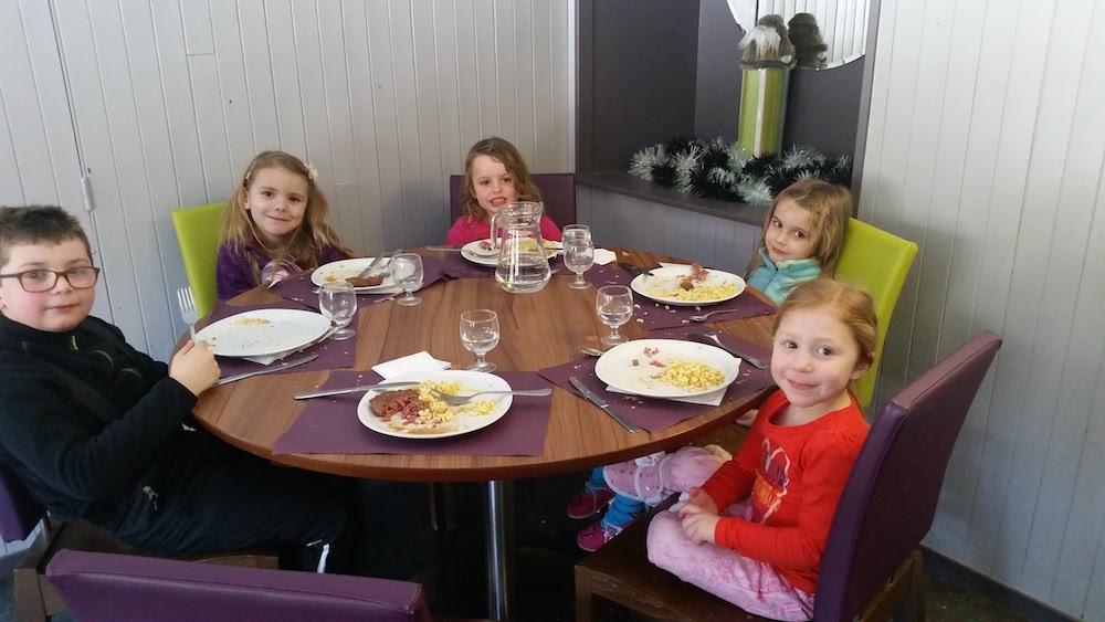 Groupe d'enfants à table en colonie de vacances à la montagne