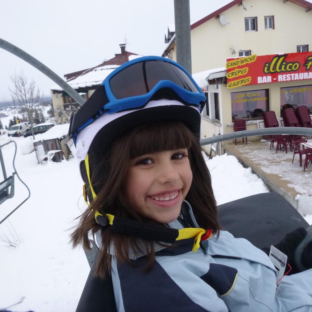 Enfant de 11 ans en colonie de vacances au ski