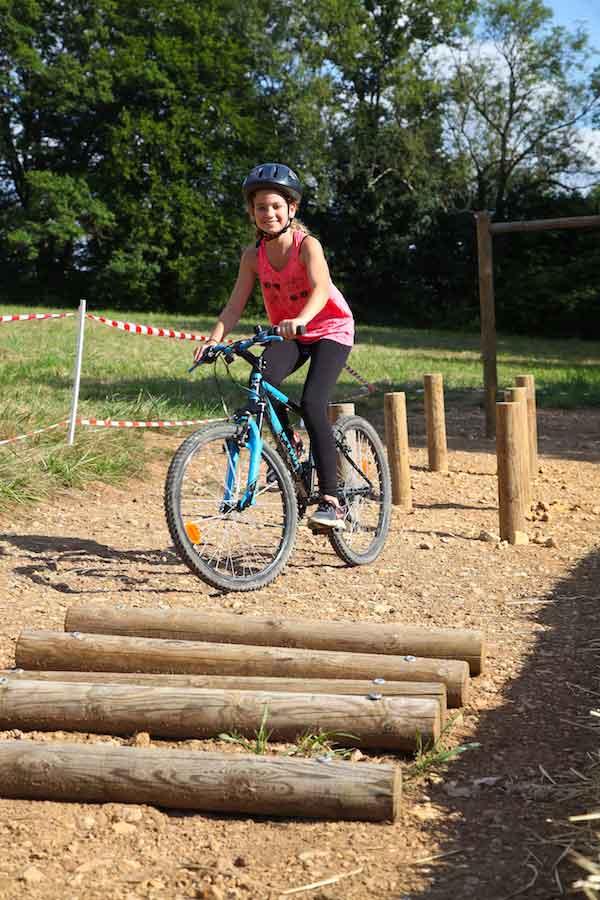 Enfant faisant du vélo en colo d'été