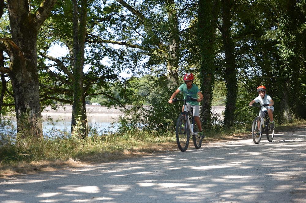 Enfants en balade à vélo en colonie de vacances d'été