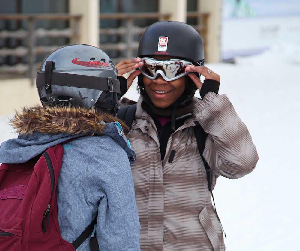 Ados en colo à la montagne pendant les vacances scolaires de février