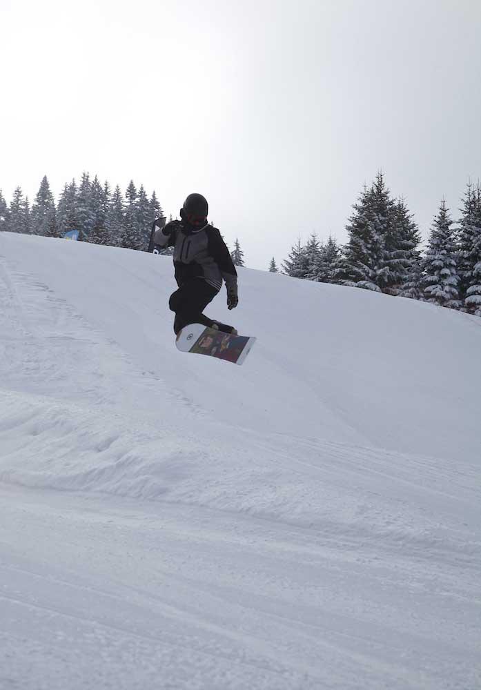 Ados dévalant les pistes en snowboard