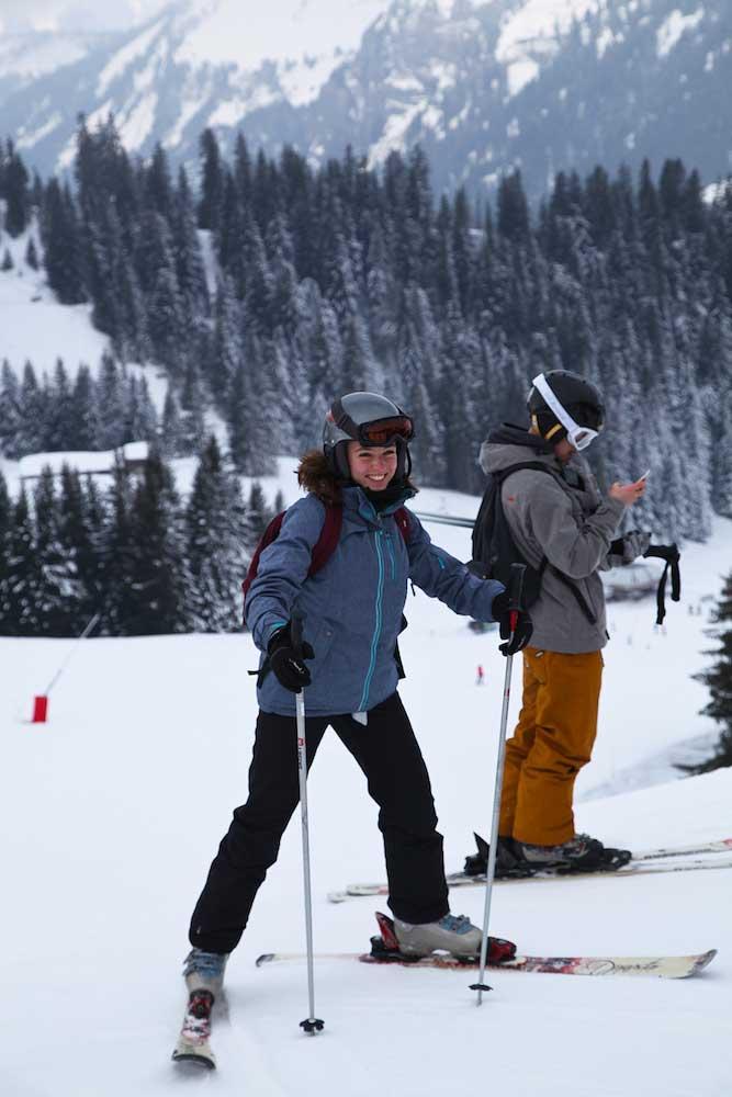 Ados dévalant les pistes en ski en colonie de vacances
