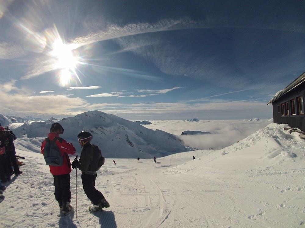 Ados pratiquant le snowboard en colonie de vacance