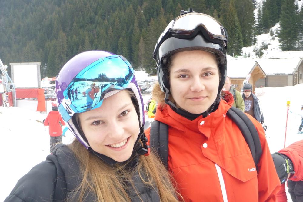 Portrait d'ados sur les pistes de snow en colonie de vacances