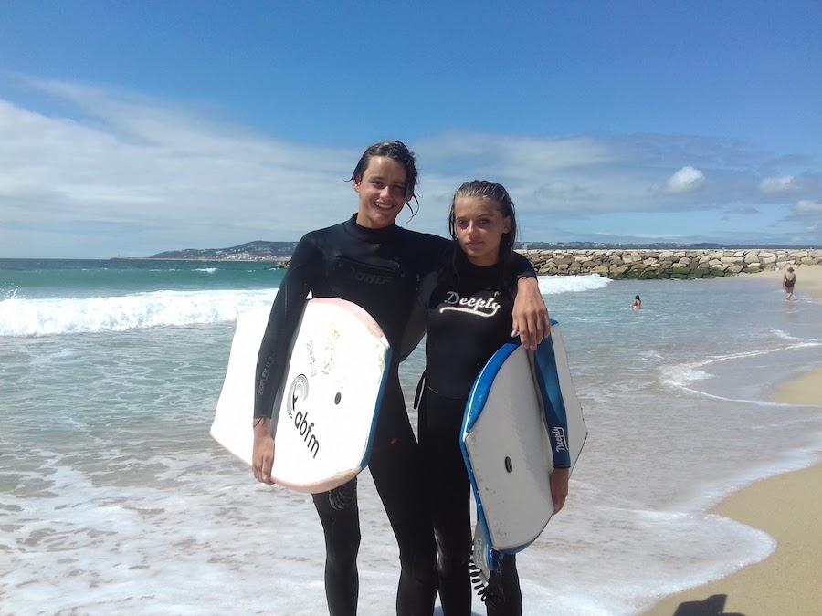 deux ados avec leur planche de surf en colonie de vacances au portugal
