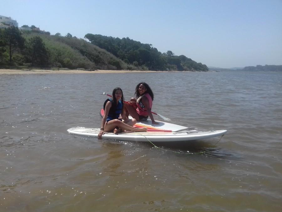 ados apprenant à faire du surf en colo au Portugal