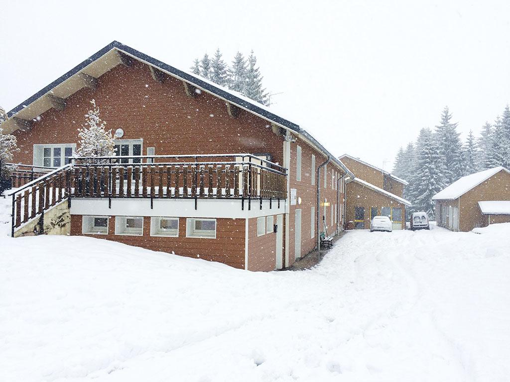 Vue sur le chalet de colonie de vacances à la neige