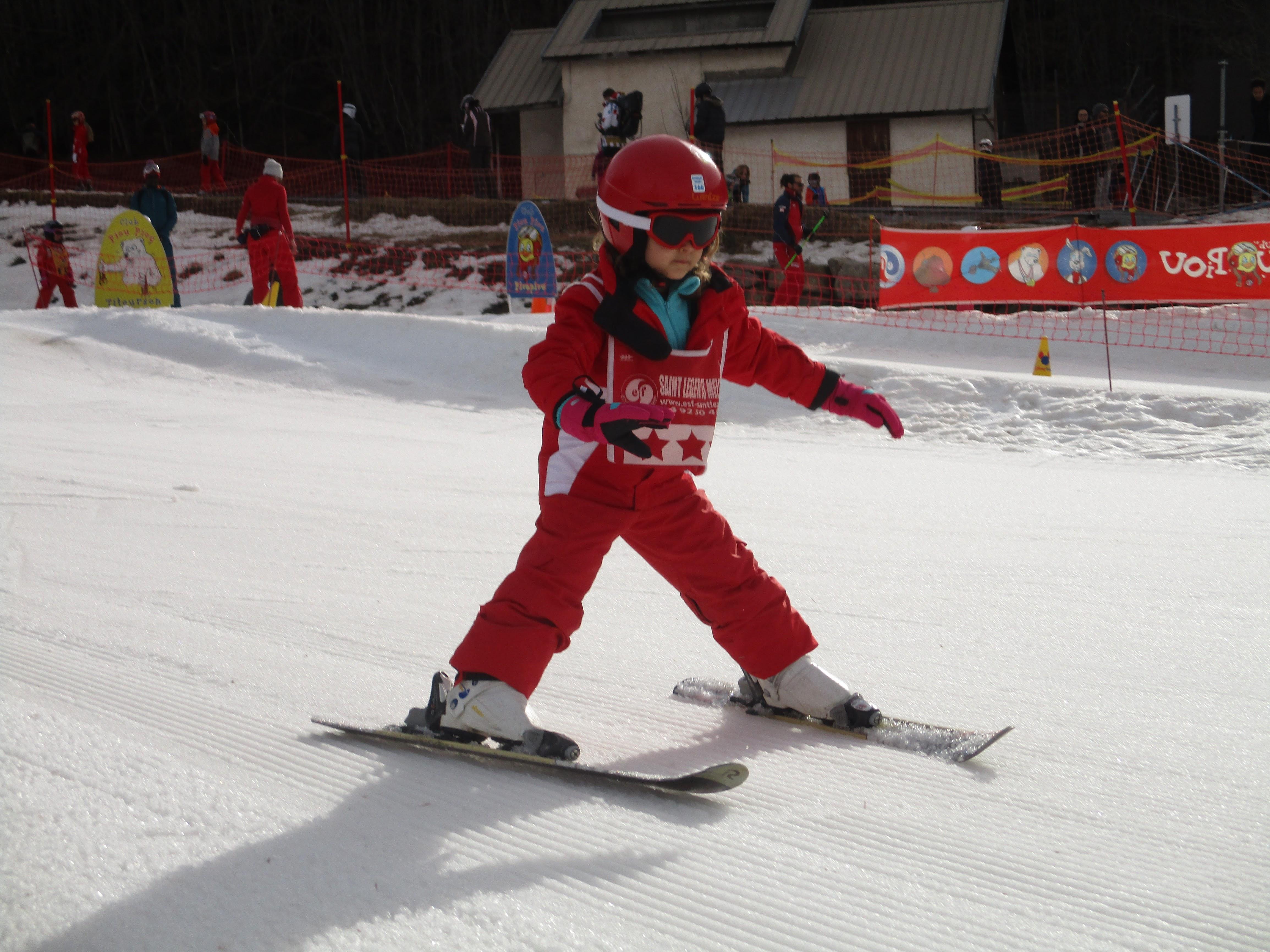 Enfant de 6 ans pratiquant le ski en colonie de vacances