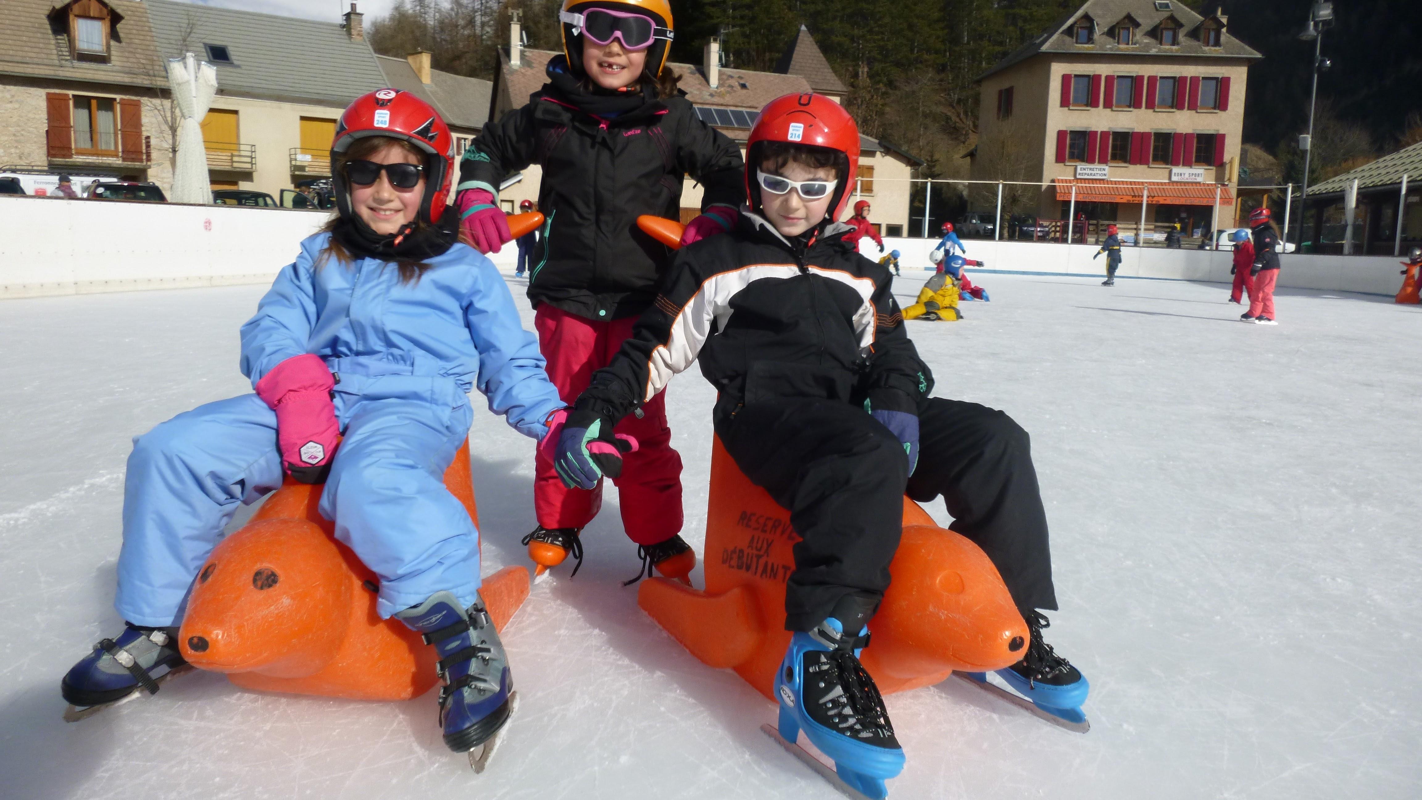 Enfants à la patinoire en colonie de vacances