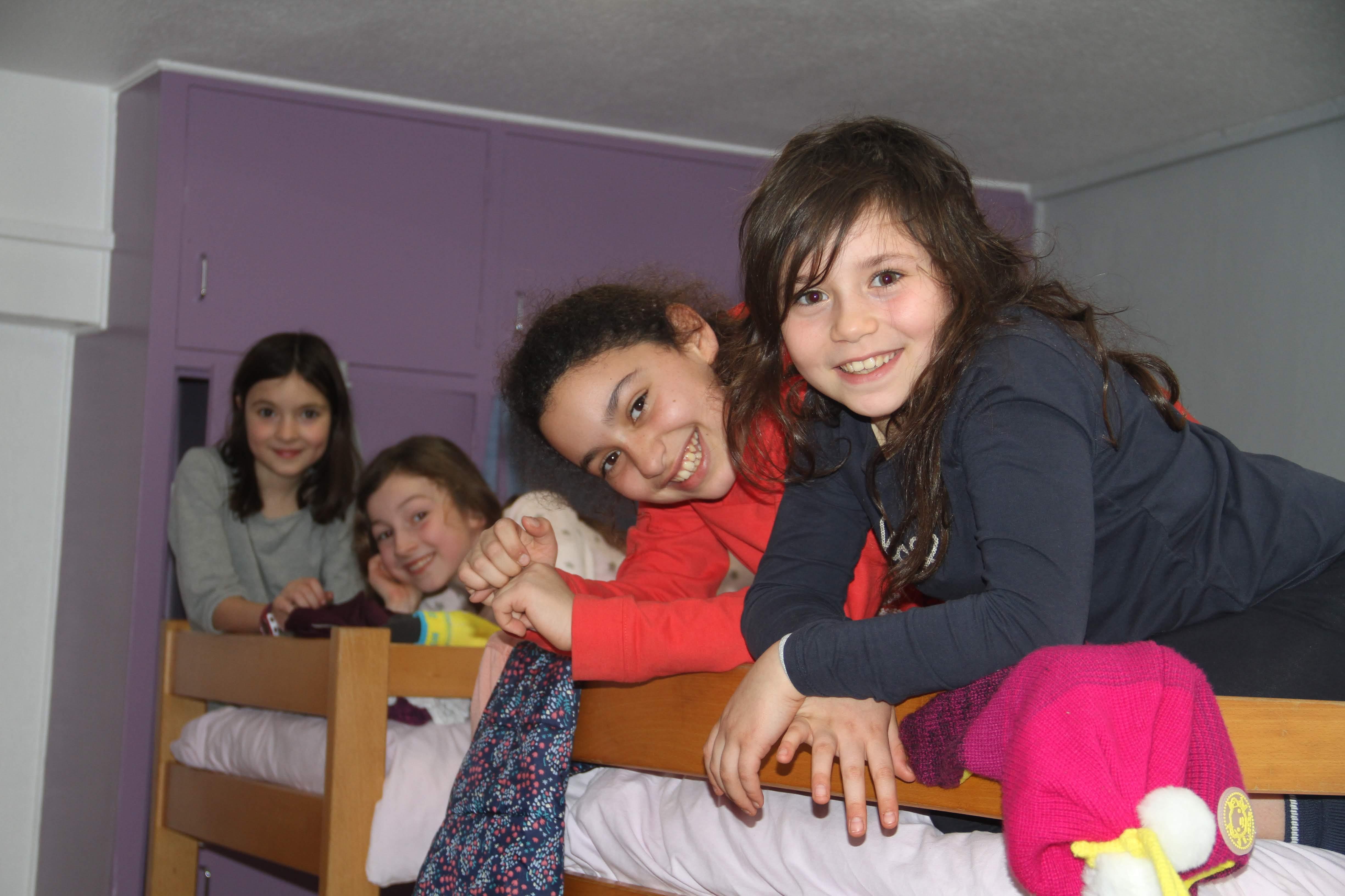 Groupe de fillettes dans les dortoirs en colonie de vacances à la montagne
