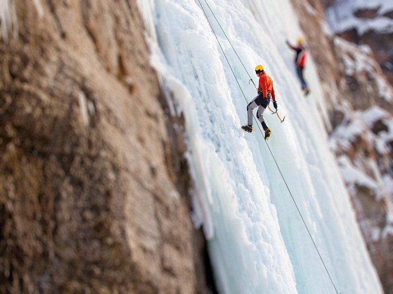 Ado pratiquant l'ice climbing en colonie de vacances à Courchevel